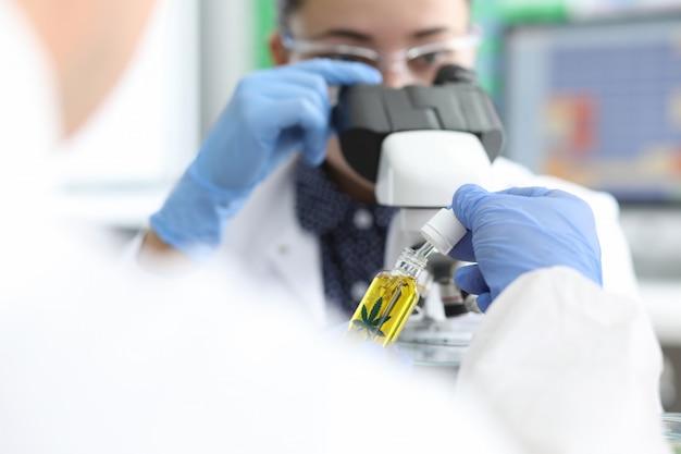 Esperimento sulla cannabis in laboratorio