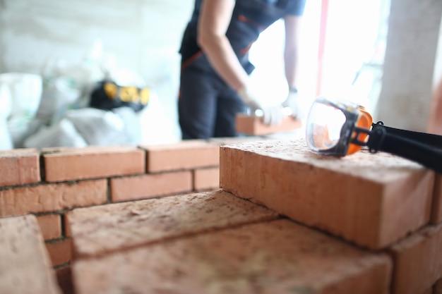 Esperto muratore che lavora