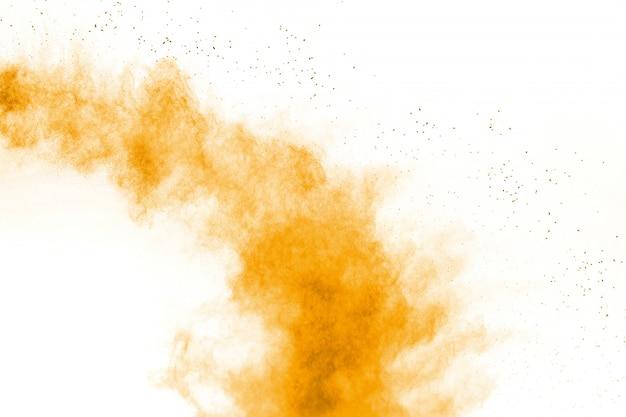 Esplosione astratta di polvere arancione su sfondo bianco.