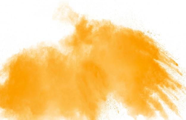 Esplosione astratta di polvere giallo arancione su sfondo bianco.