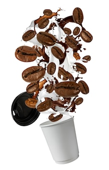 Esplosione di chicchi di caffè e spruzzi di latte e bicchiere di carta