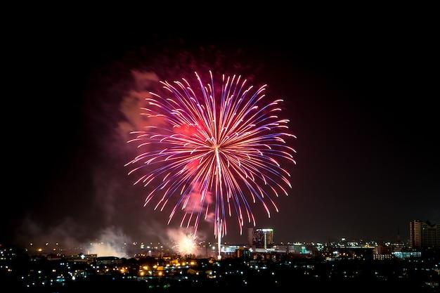 Esplosione di fuochi d'artificio colorati nel cielo scuro