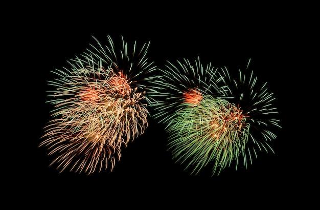 Esplosione di fuochi d'artificio sul cielo notturno