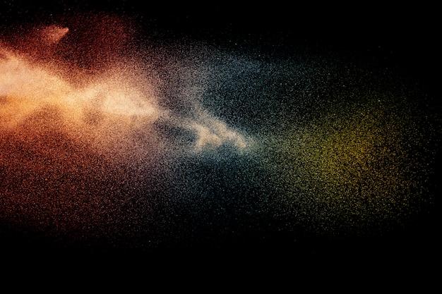 Esplosione di particelle arancione blu su sfondo nero.