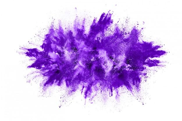 Esplosione di particelle di polvere viola isolata su priorità bassa bianca