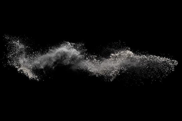 Esplosione di polvere bianca su fondo nero.