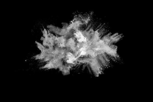 Esplosione di polvere bianca su sfondo nero.