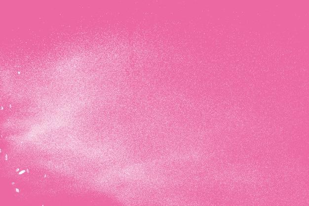 Esplosione di polvere bianca su sfondo rosa.
