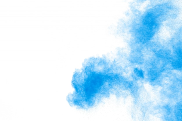 Esplosione di polvere blu astratta su sfondo bianco.
