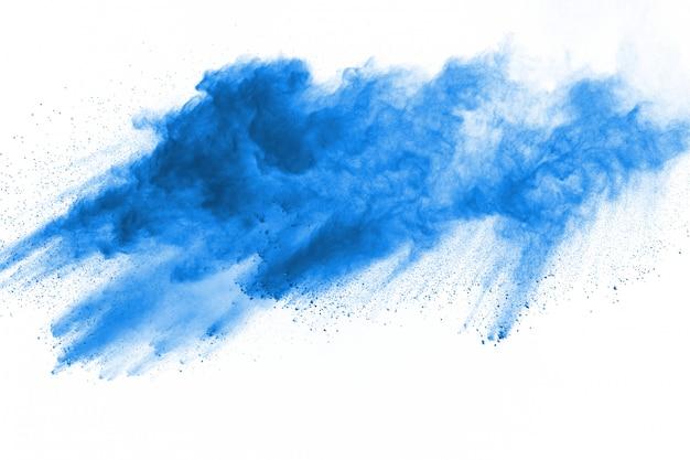 Esplosione di polvere blu su sfondo bianco. nuvola colorata la polvere colorata esplode. dipingi holi.