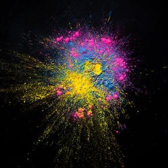Esplosione di polvere colorata astratta su sfondo nero. la polvere astratta ha splatted il fondo,
