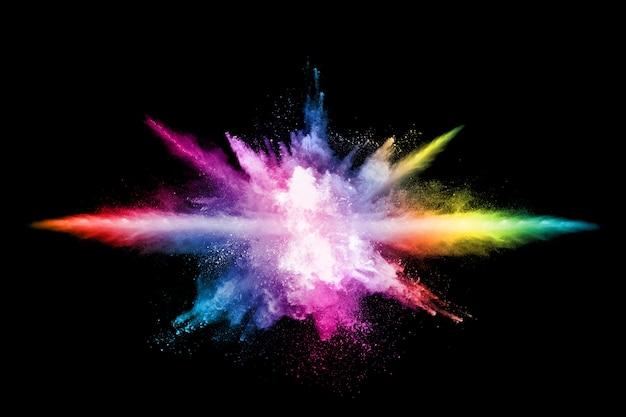 Esplosione di polvere colorata astratta su sfondo nero.