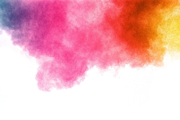 Esplosione di polvere di colore astratto su priorità bassa bianca. movimento di velocità della spruzzata di polvere