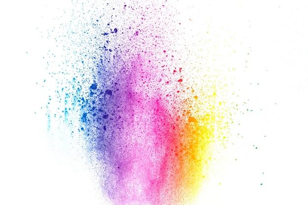 Esplosione di polvere di colore astratto su sfondo bianco.