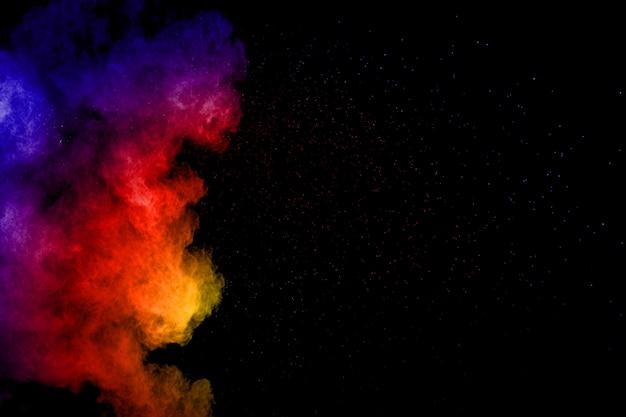 Esplosione di polvere di colore astratto su sfondo nero