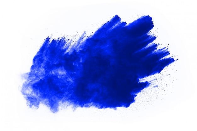 Esplosione di polvere di colore blu su bianco. nuvola colorata la polvere colorata esplode.