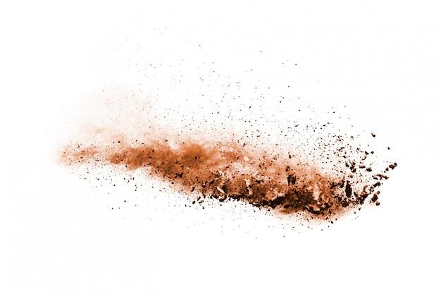 Esplosione di polvere di colore marrone su sfondo bianco