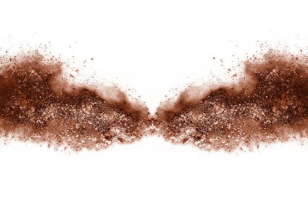 Esplosione di polvere di colore marrone su sfondo bianco.