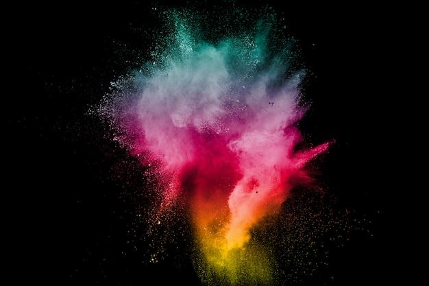 Esplosione di polvere di colore su sfondo nero. spruzzi di polvere di polvere di colore su sfondo scuro