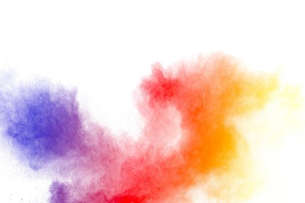 Esplosione di polvere di multi colore astratto su sfondo bianco.