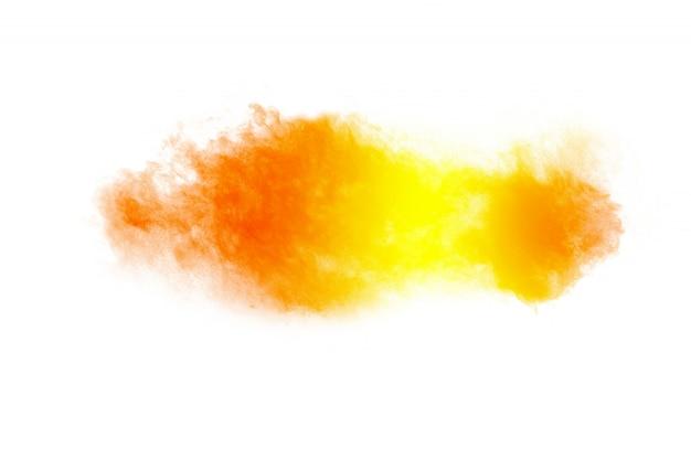 Esplosione di polvere giallo arancione astratta su bianco
