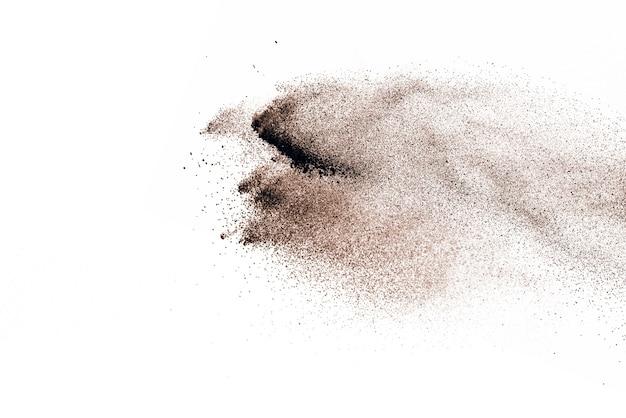 Esplosione di polvere marrone isolata su sfondo bianco.