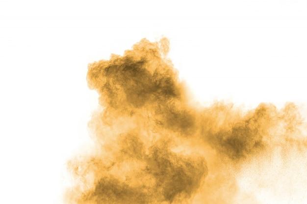 Esplosione di polvere marrone scuro astratta su sfondo bianco