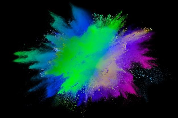 Esplosione di polvere multi colore astratto su sfondo nero.