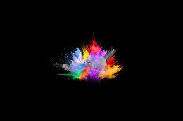 Esplosione di polvere multicolore su sfondo nero.