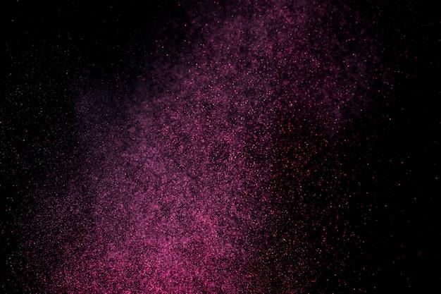 Esplosione di polvere su uno sfondo nero.