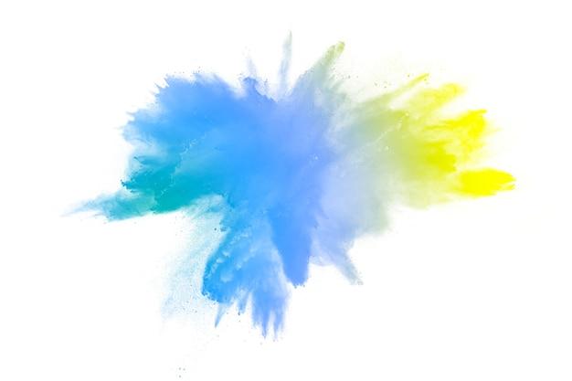 Esplosione di polvere verde giallo su sfondo bianco. spruzzata di polvere di colore verde.