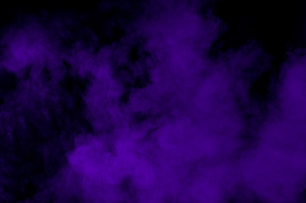 Esplosione di polvere viola al buio