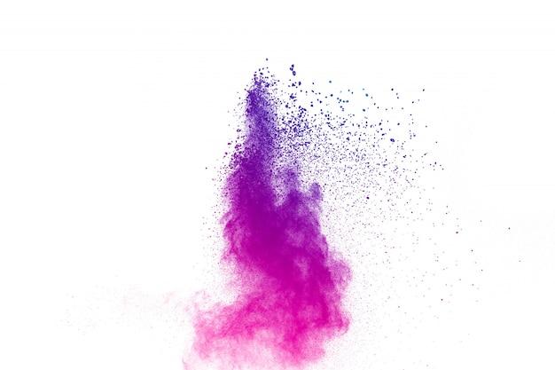 Esplosione di polvere viola su sfondo bianco.