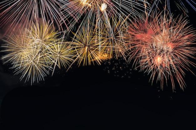 Esplosione variopinta dei fuochi d'artificio nel festival annuale
