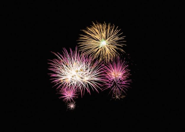 Esplosione variopinta dei fuochi d'artificio nella celebrazione festiva
