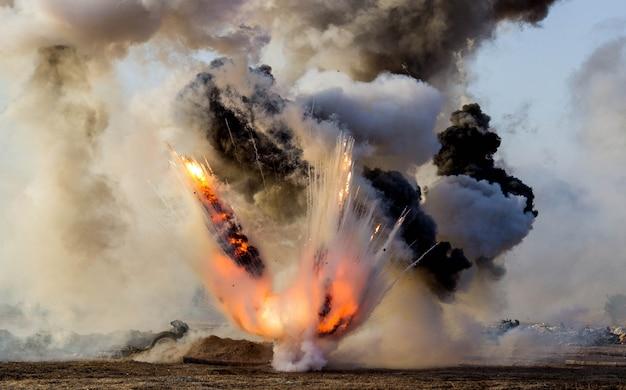 Esplosioni di proiettili e bombe, fumo. ricostruzione della battaglia della seconda guerra mondiale. battaglia di sebastopoli.