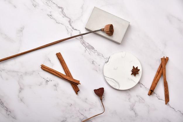 Esposizione del prodotto sul tavolo di marmo bianco, uso per la cura della pelle o cosmetici, prodotti in vendita per l'esposizione di stand prop.