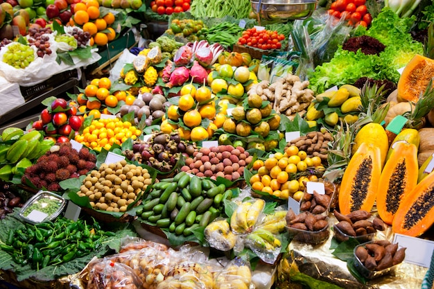 Esposizione di frutti di mercato della boqueria di barcellona