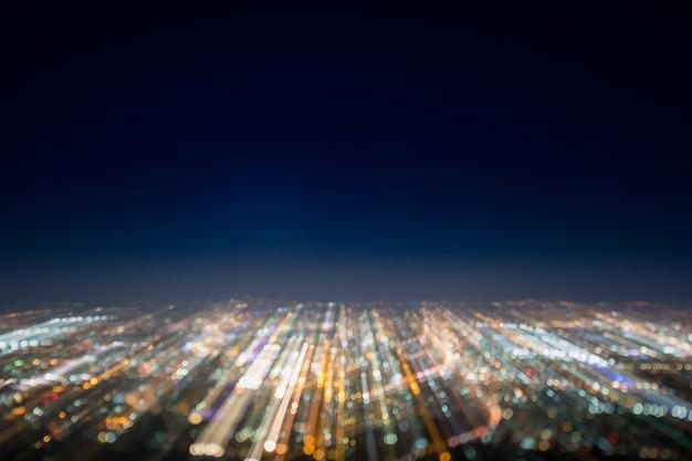 Esposizione lunga astratta, foto surreale sperimentale, luci di città e veicoli di notte