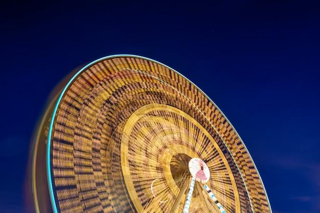 Esposizione lunga della ruota panoramica con il cielo crepuscolare