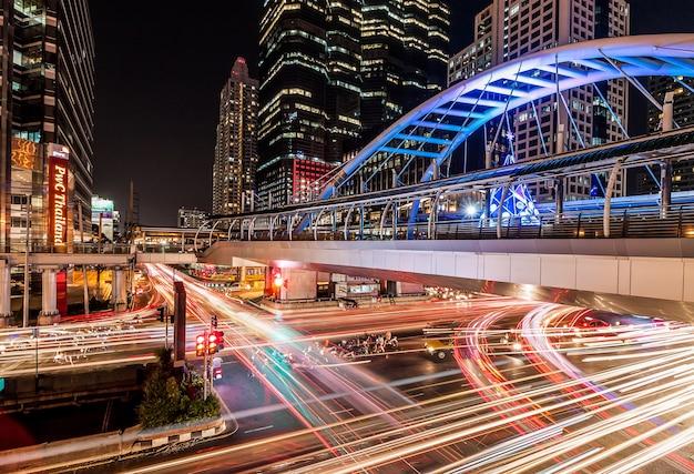 Esposizione lunga di traffico alla notte, bangkok tailandia