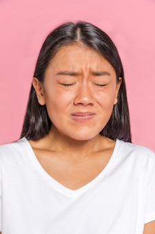 Espressione del volto femminile che mostra paura