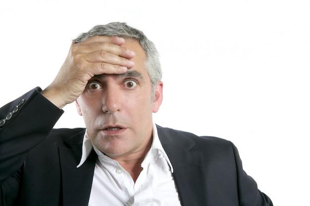 Espressione preoccupata dell'uomo d'affari senior serio