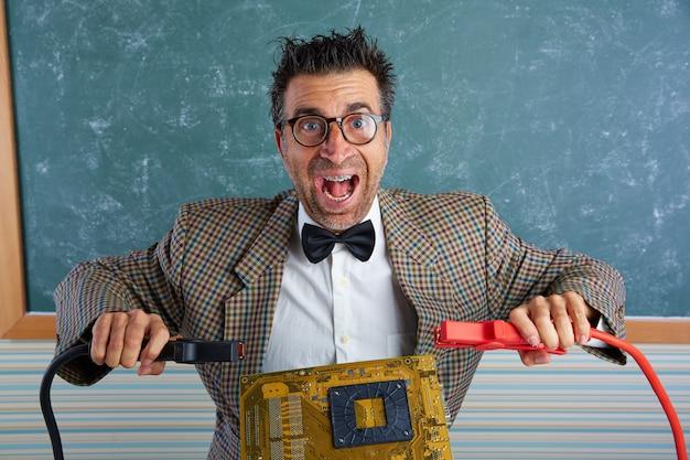 Espressione sciocca del tecnico dell'elettronica del nerd retro