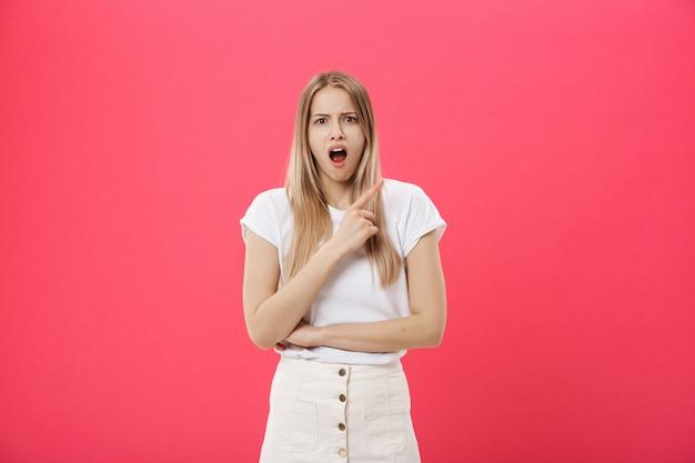 Espressione scioccante di manifestazione sorpresa della ragazza dell'allievo con qualcosa
