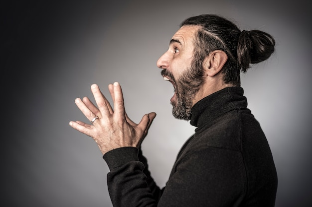 Espressione spaventosa dell'uomo barbuto