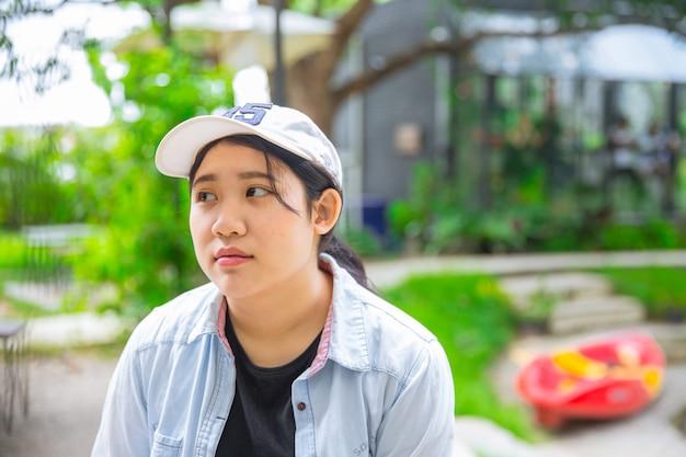 Espressione teenager asiatica innocente sveglia giovane infelice del ritratto infelice