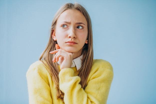 Espressioni di mostra del fronte isolate ragazza