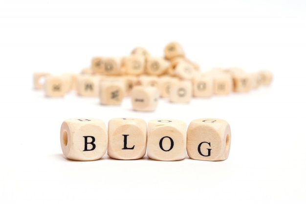 Esprima con i dadi sul blog bianco della priorità bassa