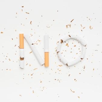 Esprima nessun fatto dalla sigaretta rotta con tabacco sopra isolato su fondo bianco